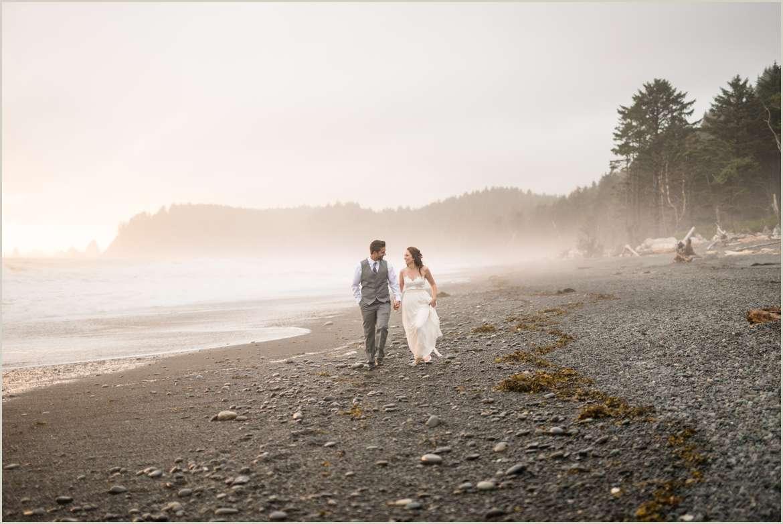 couple-walking-on-foggy-pnw-beach
