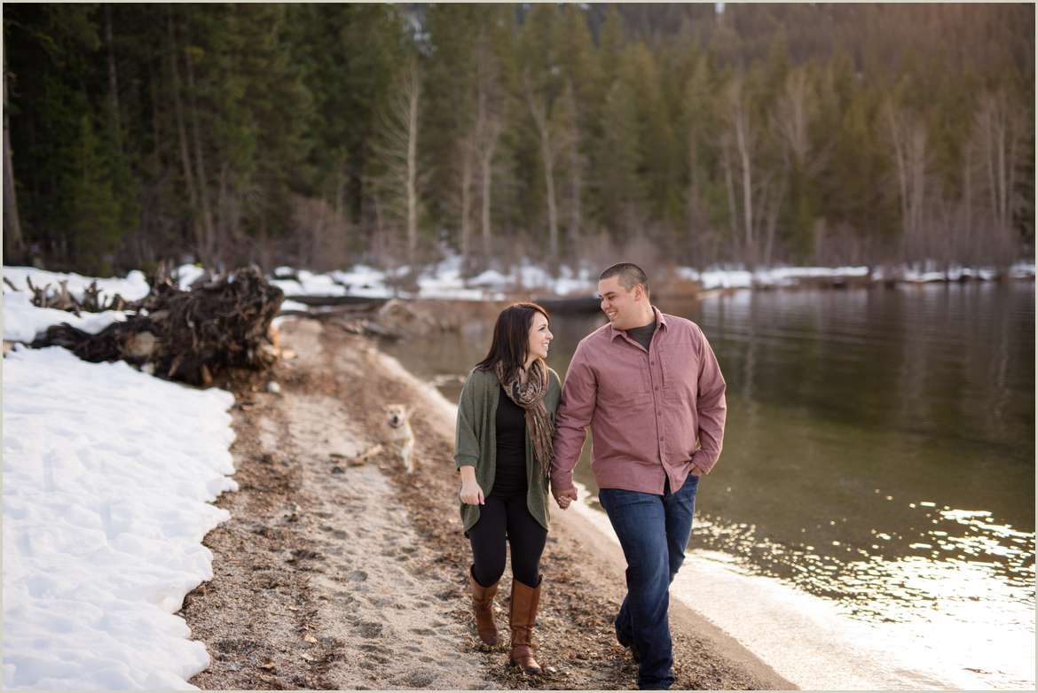 couple-walking-at-lake-wenatchee-state-park