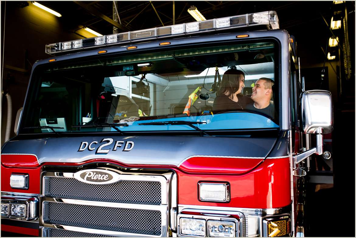 engagement-session-with-a-fire-truck