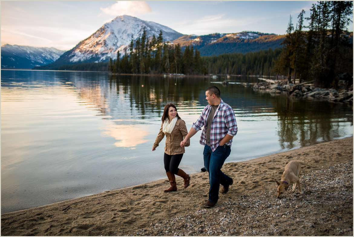outdoor-adventure-engagement-photos-in-washington