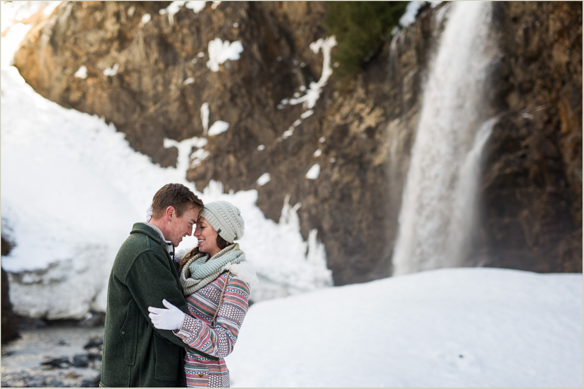 winter-engagement-photos-at-snoqualmie-pass