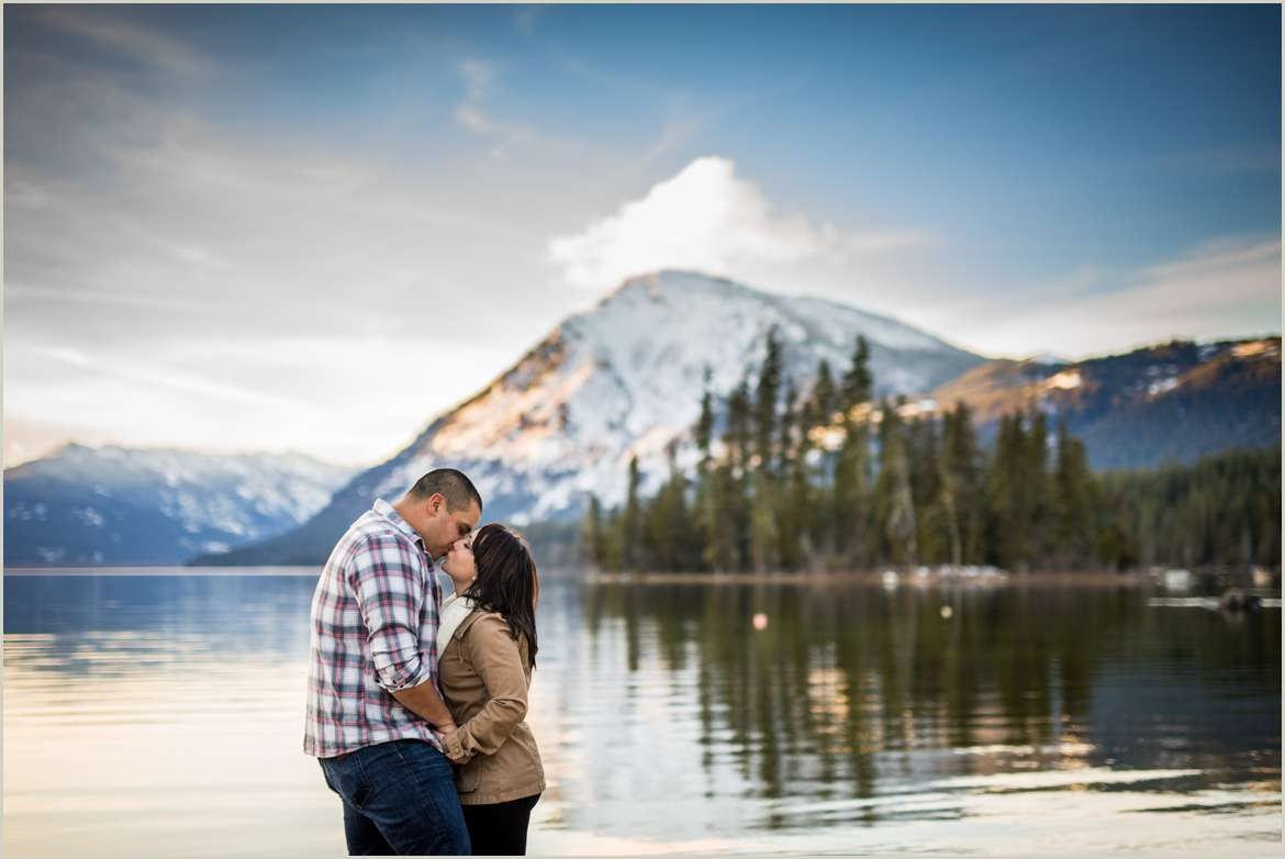 winter-lake-wenatchee-engagement-photos