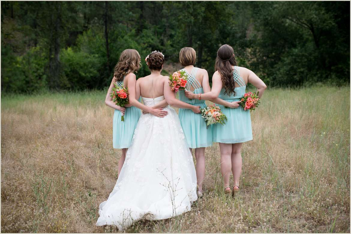 bridesmaids-in-a-field-together