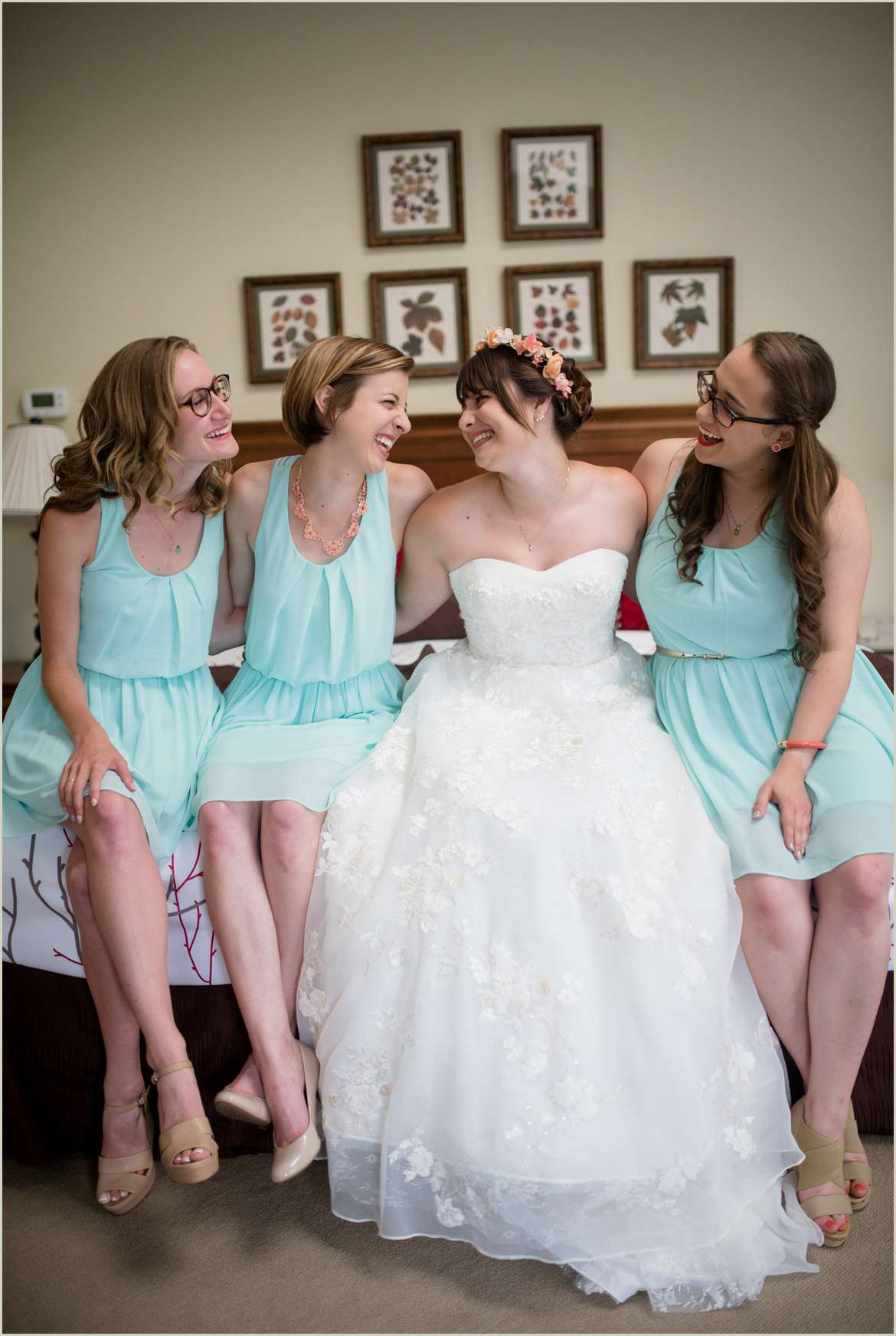 cute-photo-of-bride-and-bridesmaids-on-bed