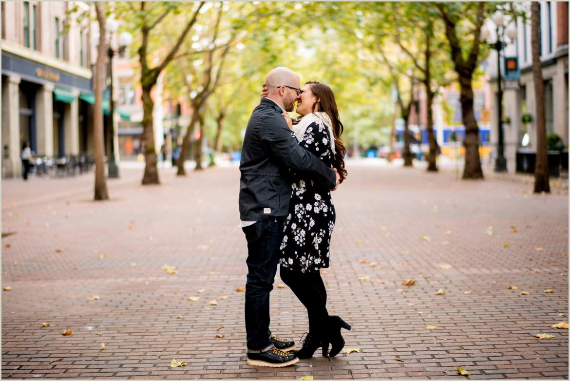 couple kissing in pioneer square