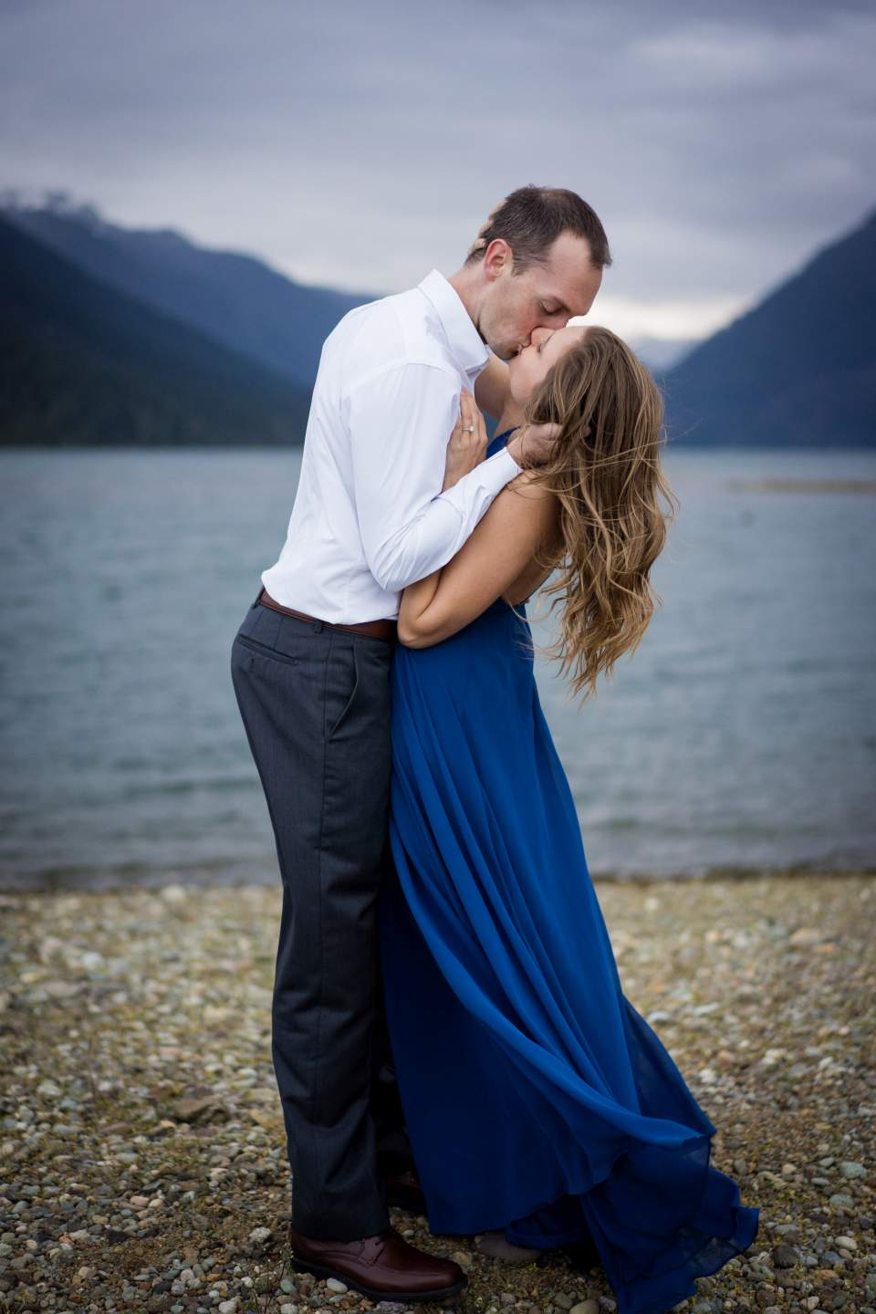 couple kissing at lake cushman