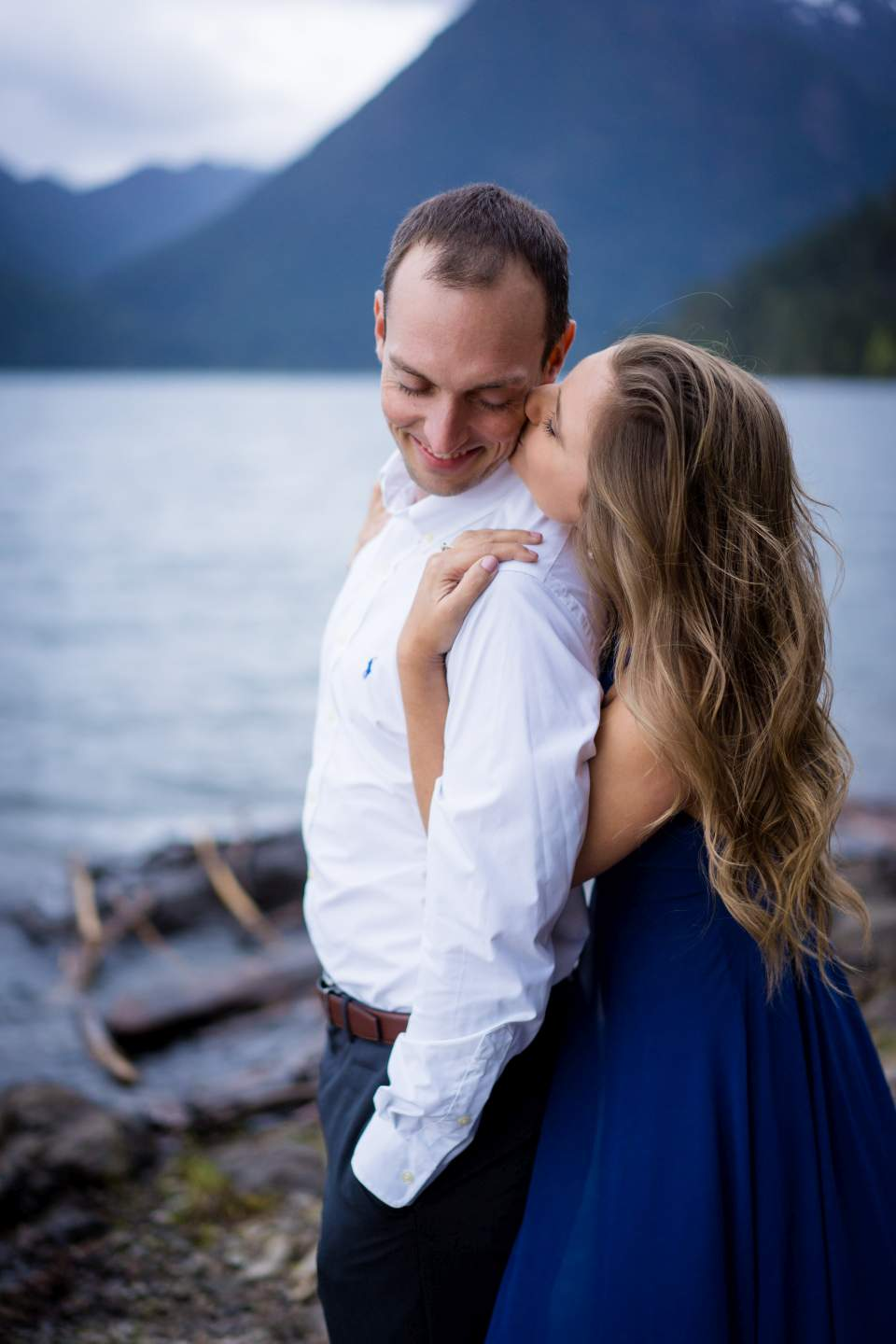 outdoorsy engament photos at lake cushman