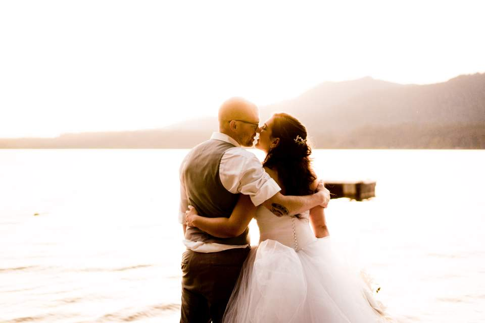 couple kissing at sunset lake olympic peninsula