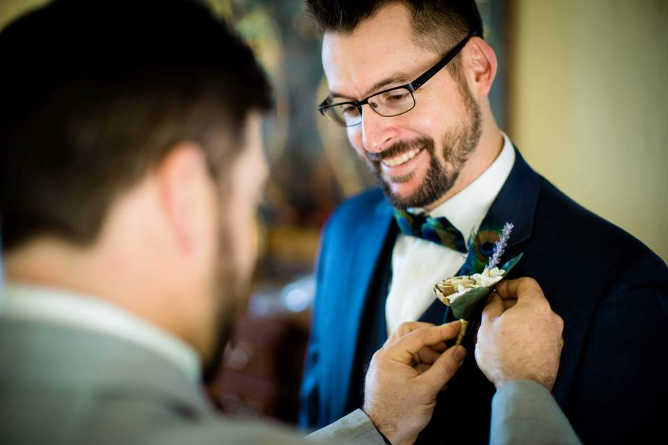 pinning bout on groom before wedding