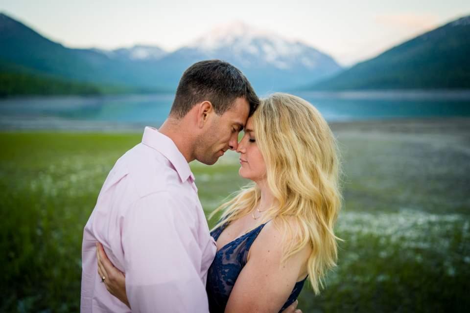 romantic mountain couples photos in alaska