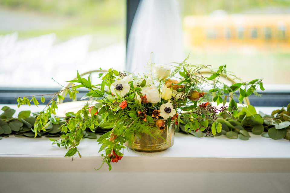 simple petal wedding flowers table arrangement
