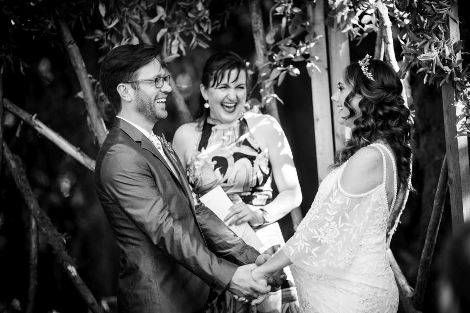 candid wedding photos during ceremony