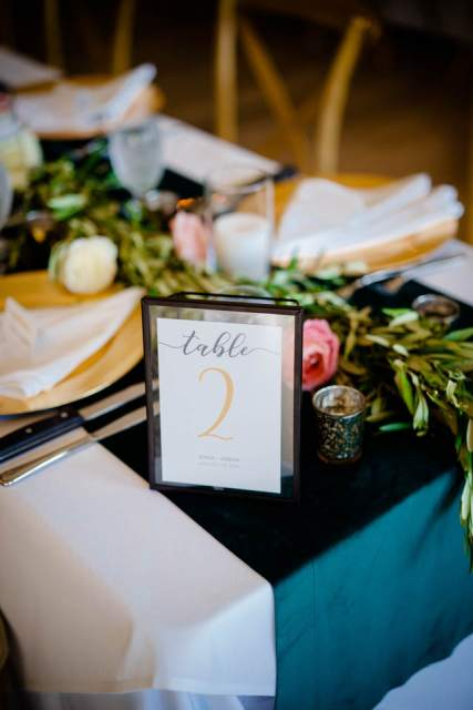 dark green and pink table decorations